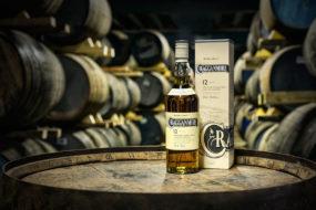 Eine Flasche Cragganmore-Whisky auf einem Fass