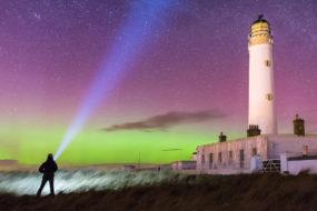 Polarlichter an einem Leuchtturm auf Orkney