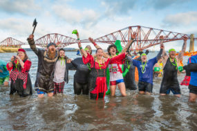 "Die Neujahrstradition ""The Loony Dook"" am Firth of Forth"